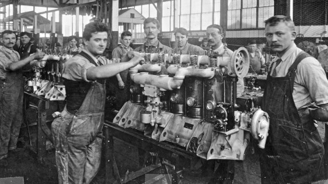 Hall-Scott Factory workers, undated (late 1800s to early 1900s; http://theoldmotor.com/?p=18973).